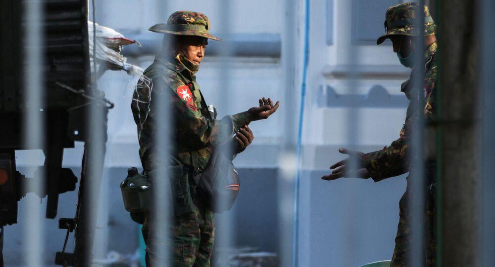 Prime immagini dalla capitale del Myanmar dopo la dichiarazione del governo militare