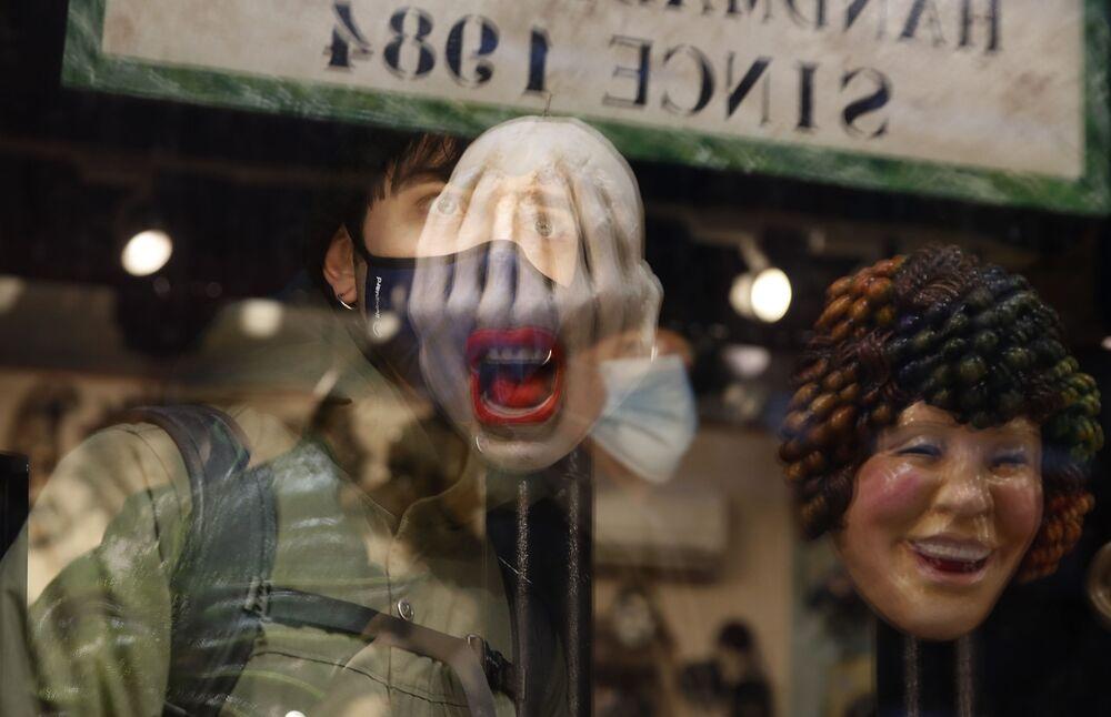 Maschere di Carnevale in un negozio a Venezia