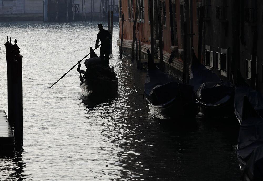 Un gondoliere a Venezia, in Italia, sabato 30 gennaio 2021