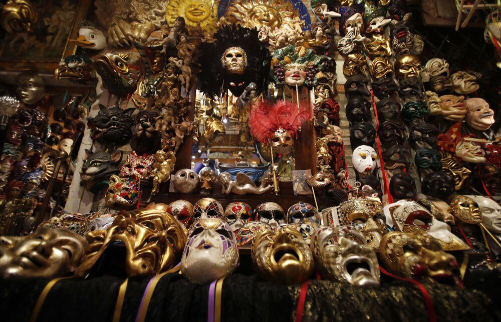 Le maschere di carnevale sono esposte nella bottega dell'artista veneziano Gualtiero Dall'Osto a Venezia, Italia, sabato 30 gennaio 2021.