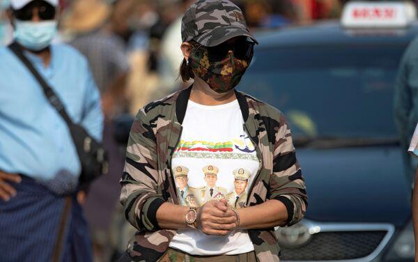 Sostenitori dei militari durante una protesta a Yangon in Myanmar - Sputnik Italia