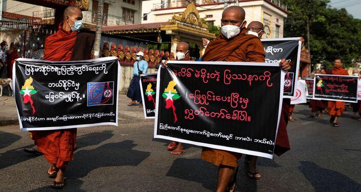 Monaci buddisti che sostengono i militari durante una protesta a Yangon in Myanmar