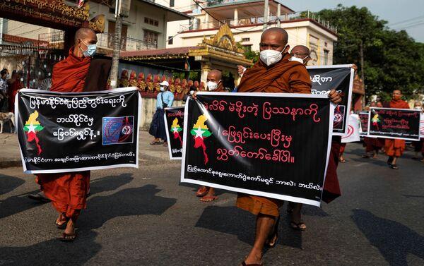 Monaci buddisti che sostengono i militari durante una protesta a Yangon in Myanmar - Sputnik Italia