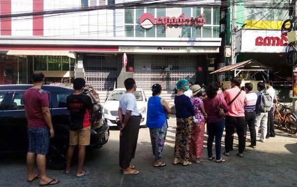 Persone in fila davanti ad una banca a Yangon in Myanmar - Sputnik Italia