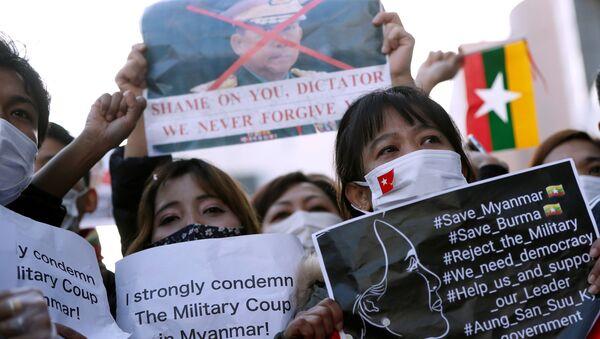 I manifestanti del Myanmar residenti in Giappone tengono cartelli in una manifestazione contro i militari del Myanmar presso L'Università delle Nazioni Unite a Tokyo - Sputnik Italia