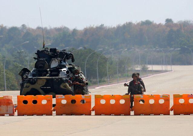 Il checkpoint militare del Myanmar è visto sulla strada per il complesso del Congresso a Naypyitaw, Myanmar