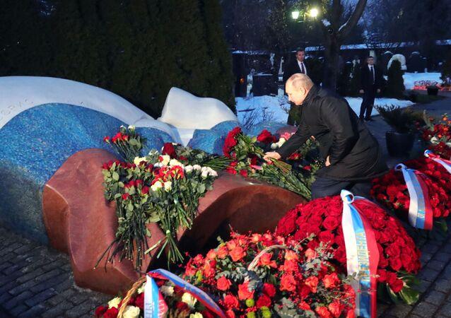 Putin depone i fiori alla tomba di Eltsin