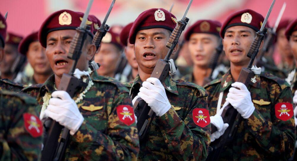 I soldati prendono parte a una parata militare in occasione della 74a Giornata delle Forze Armate in Myanmar