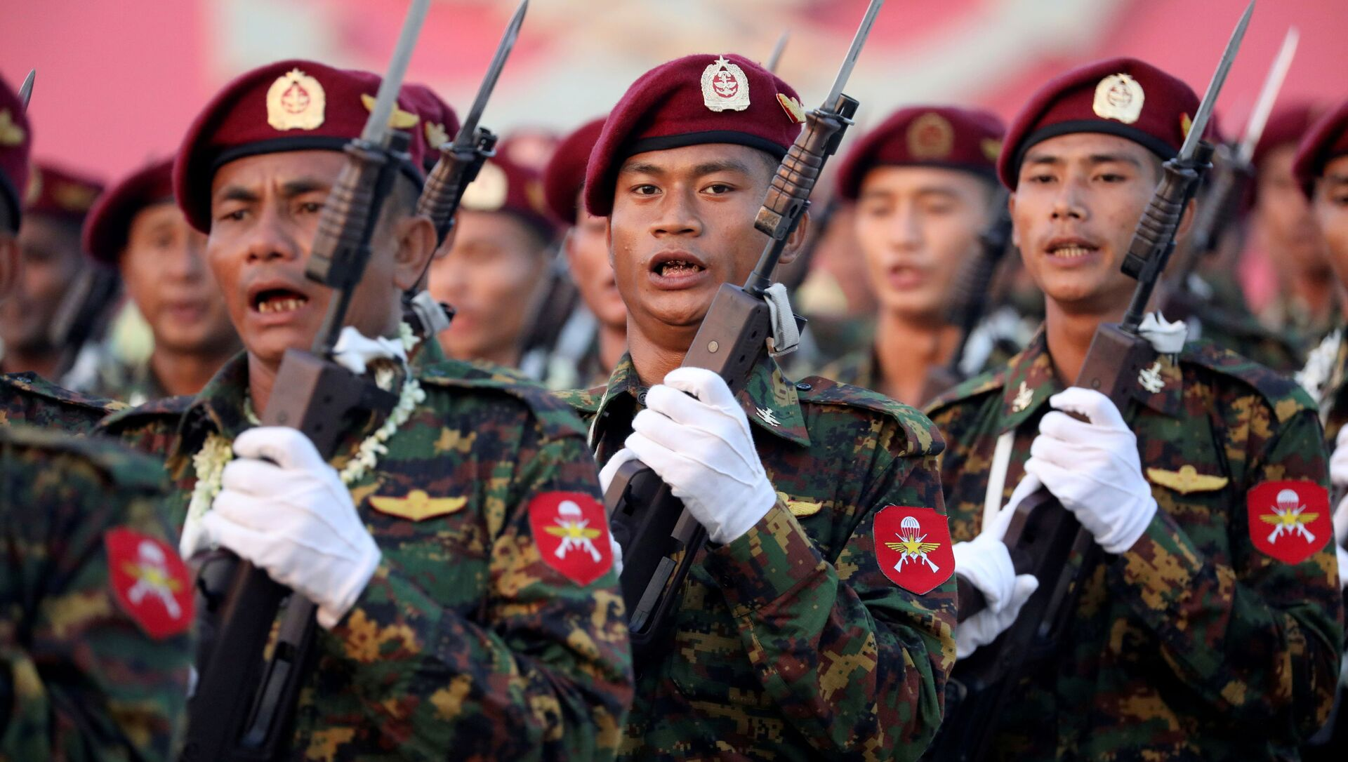 I soldati prendono parte a una parata militare in occasione della 74a Giornata delle Forze Armate in Myanmar - Sputnik Italia, 1920, 21.02.2021
