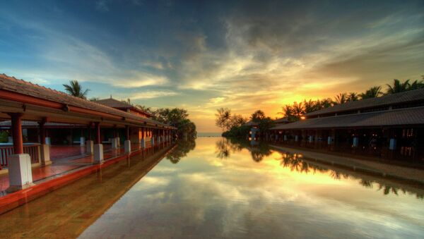 Sunset when viewed from a hotel infinity pool in Phuket, Thailand. - Sputnik Italia