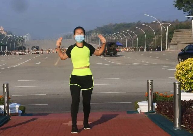 Khing Hnin Wai fa aerobica mentre si consuma il colpo di stato militare in Myanmar