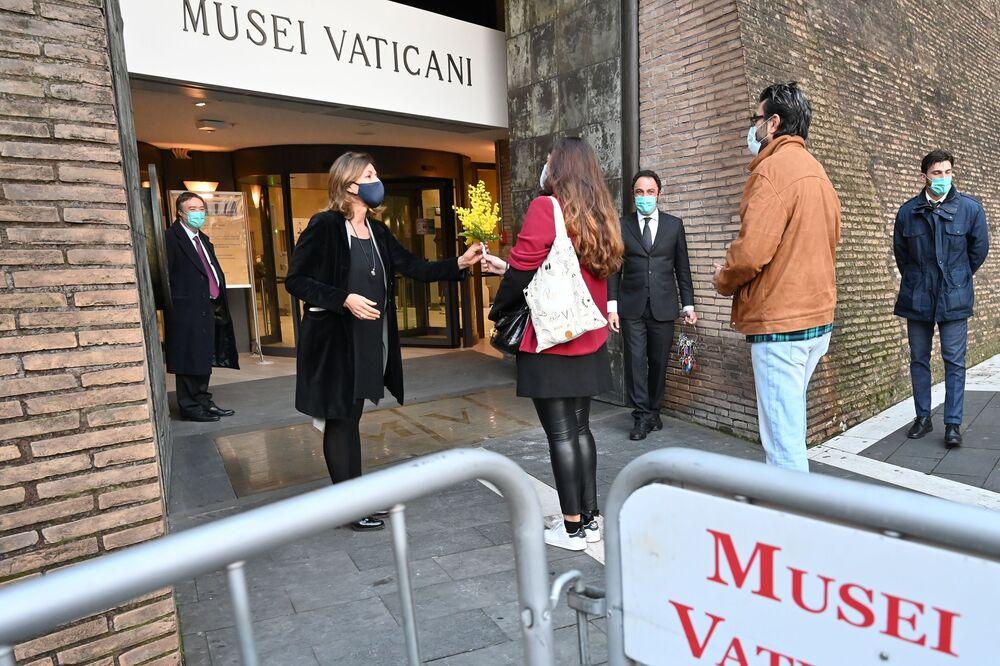 La direttrice dei Musei Vaticani Barbara Jatta riceve i primi visitatori dopo la riapertura dei musei