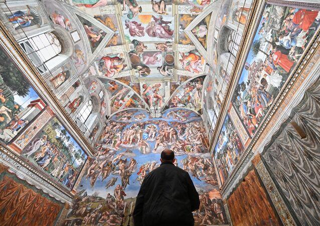 Un visitatore nella Cappella Sistina nel giorno della riapertura dei Musei Vaticani