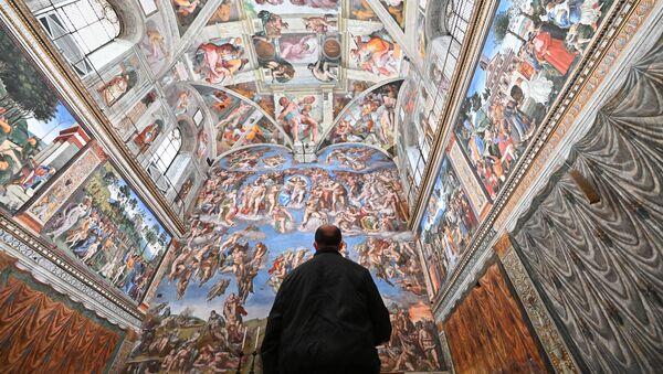 Un visitatore nella Cappella Sistina nel giorno della riapertura dei Musei Vaticani - Sputnik Italia