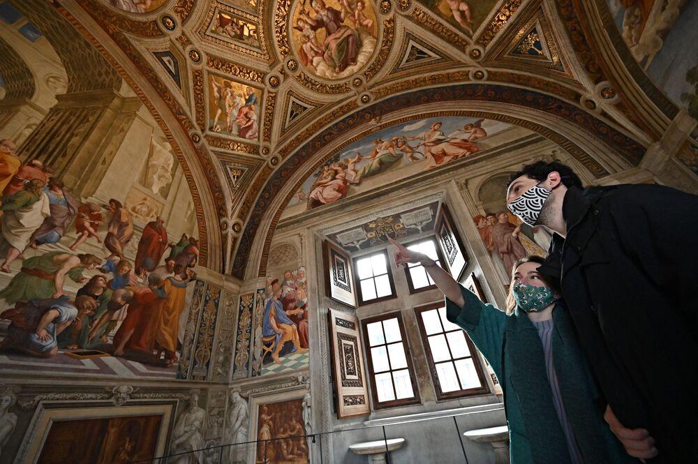 I visitatori nelle Stanze di Raffaello ai Musei Vaticani dopo la riapertura dei musei di Roma dopo il lockdown