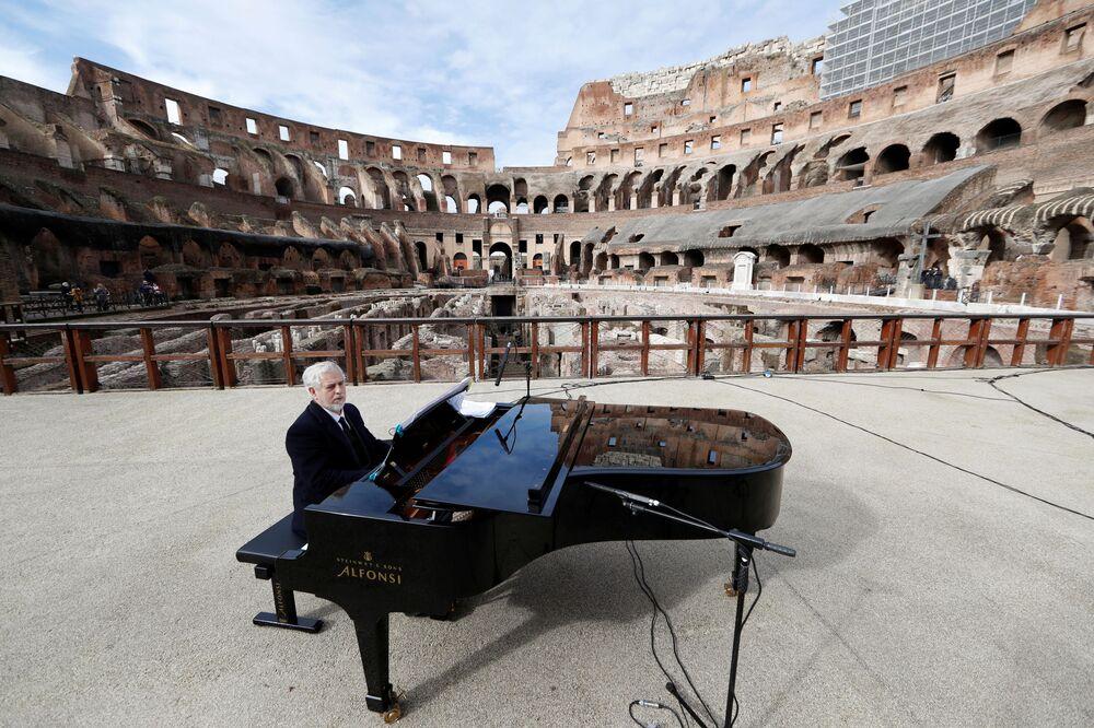 Un concerto al Colosseo in occasione della riapertura dei musei a Roma, in Italia, il 1° febbraio 2021