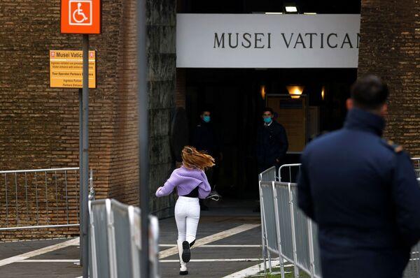 La ragazza corre all'ingresso dei Musei Vaticani - Sputnik Italia