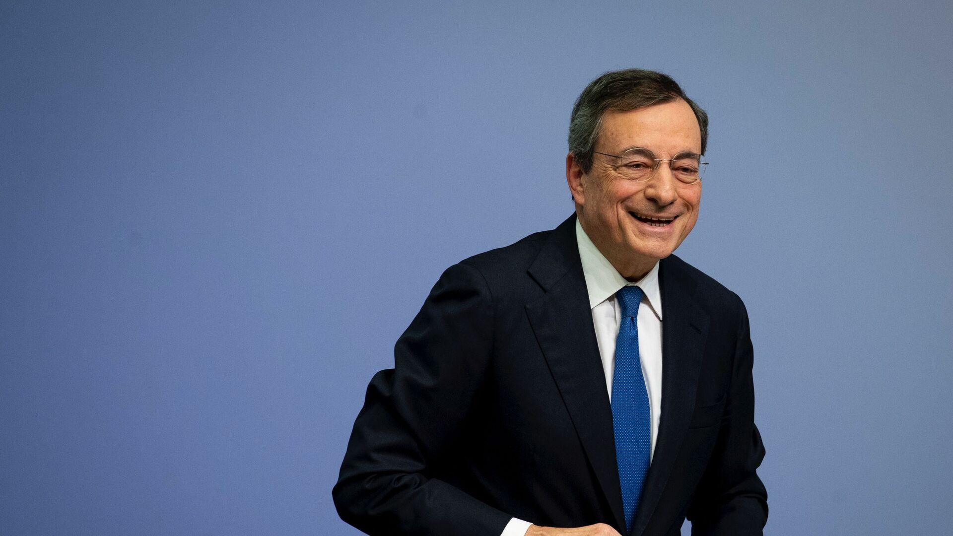 Mario Draghi dopo una conferenza stampa a Francoforte - Sputnik Italia, 1920, 04.02.2021