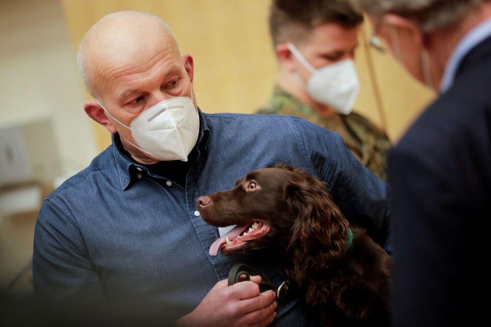 Un ricercatore della clinica veterinaria dell'Università di Hannover presenta Joe, il Cocker Spaniel di 1 anno in grado di rilevare COVID-19 nei campioni di saliva umana, ad Hannover, in Germania, il 3 febbraio 2021
