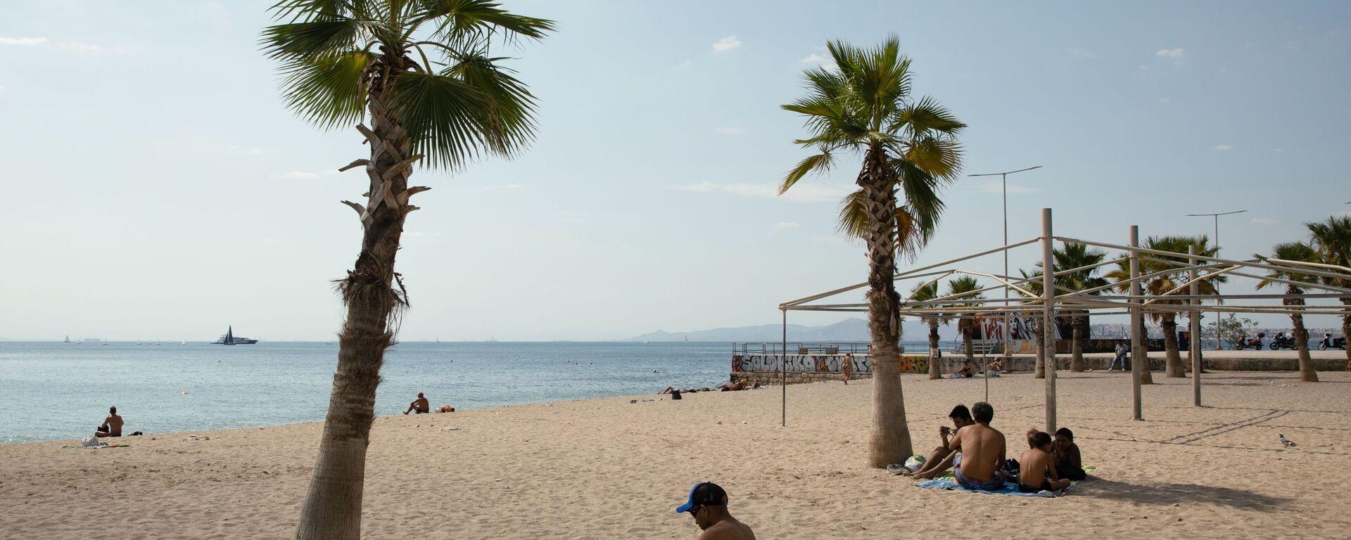 Bagnanti a distanza in una spiaggia vicino ad Atene la scorsa estate - Sputnik Italia, 1920, 15.05.2021