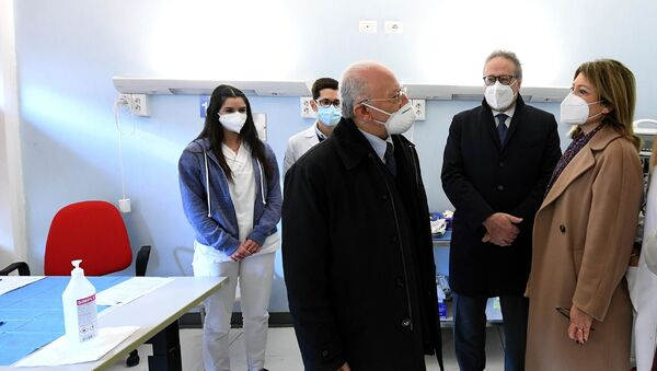 De Luca all'inaugurazione di un punto vaccini - Sputnik Italia