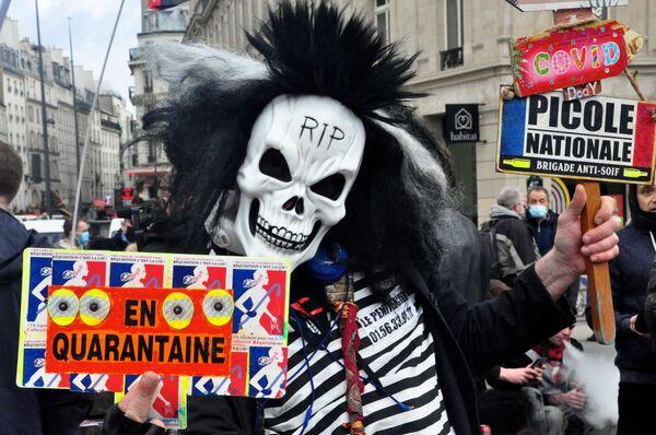 Partecipante a una protesta contro il disegno di legge Sulla sicurezza globale a Parigi - Sputnik Italia