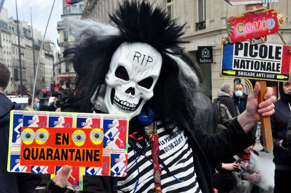 Partecipante a una protesta contro il disegno di legge Sulla sicurezza globale a Parigi
