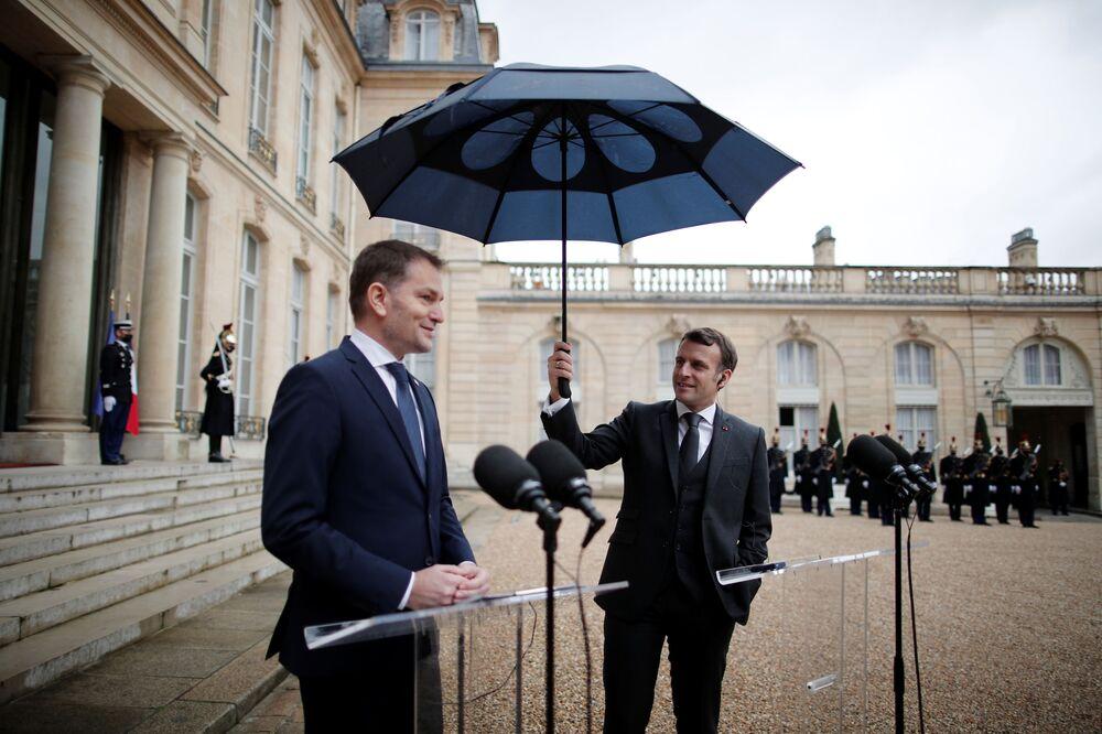 Il presidente francese Emmanuel Macron tiene un ombrello mentre il primo ministro slovacco Igor Matovic rilascia una dichiarazione congiunta all'Elysee Palace a Parigi, Francia, il 3 febbraio 2021