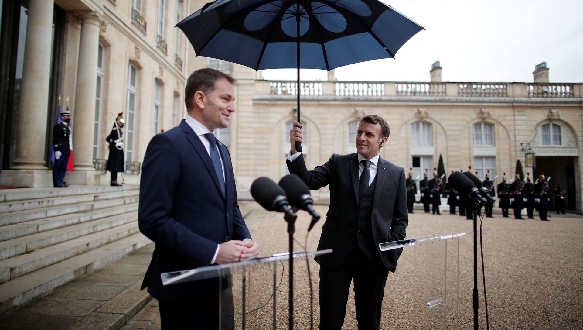 Президент Франции Эммануэль Макрон держит зонтик рядом с премьер-министром Словакии Игорем Матовичем во время совместного заявления в Елисейском дворце в Париже - Sputnik Italia, 1920, 14.02.2021