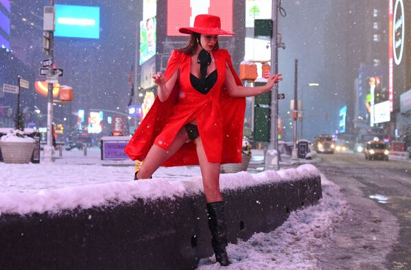 Una donna in Times Square durante una forte nevicata, USA - Sputnik Italia