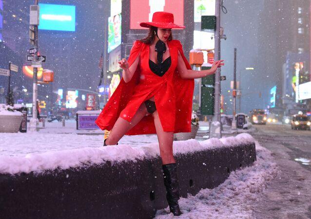 Una donna in Times Square durante una forte nevicata, USA