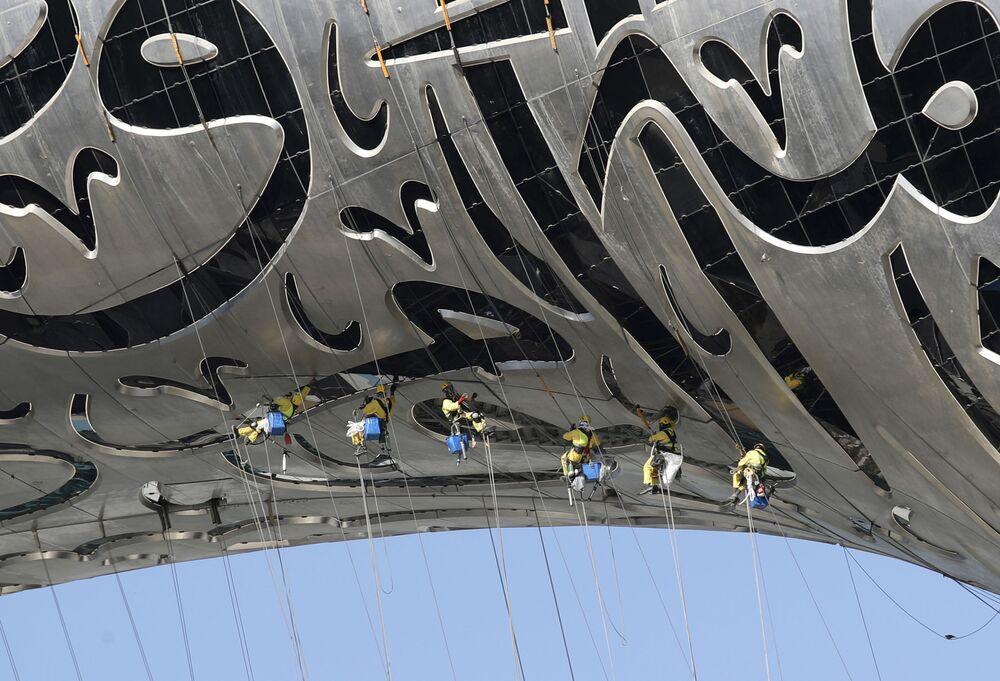 I lavoratori sono appesi al Museum of the Future, un museo di innovazione e design attualmente in costruzione a Dubai, Emirati Arabi Uniti, martedì 2 febbraio 2021