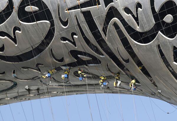 I lavoratori sono appesi al Museum of the Future, un museo di innovazione e design attualmente in costruzione a Dubai, Emirati Arabi Uniti, martedì 2 febbraio 2021 - Sputnik Italia