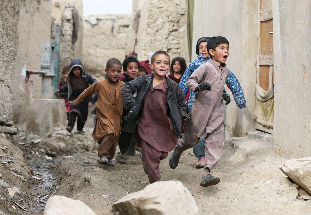 I bambini afgani giocano alla periferia di Kabul