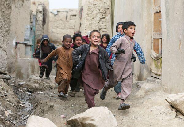 I bambini afgani giocano alla periferia di Kabul - Sputnik Italia