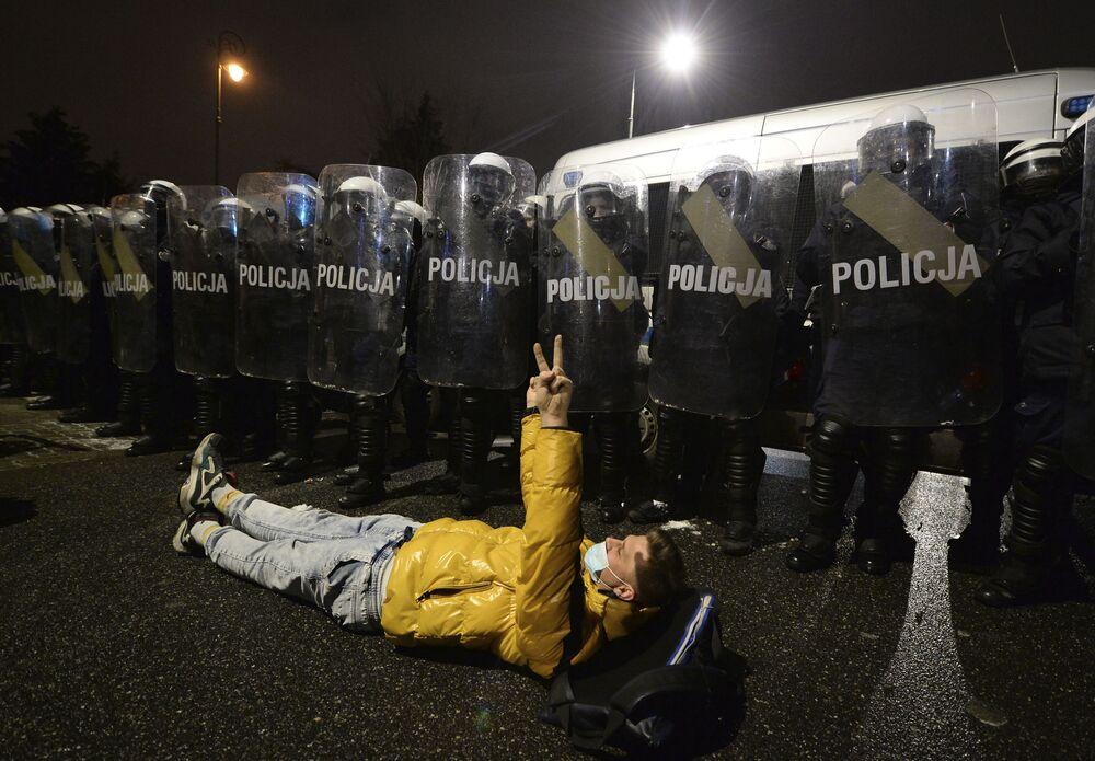 Protesta contro la legge più severa sull'aborto a Varsavia, in Polonia
