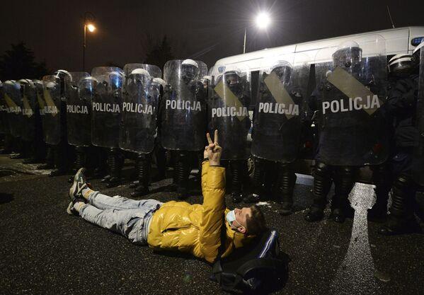 Protesta contro la legge più severa sull'aborto a Varsavia, in Polonia - Sputnik Italia