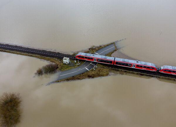 Un treno viaggia in una zona allagata in Germania - Sputnik Italia
