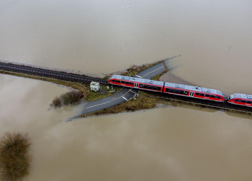 Un treno viaggia in una zona allagata in Germania