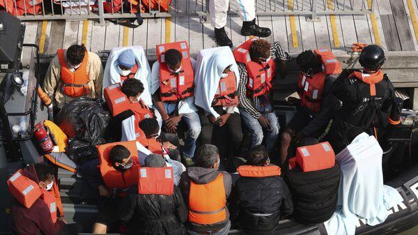 Un gruppo di migranti intercettati sul Canale della Manica - Sputnik Italia