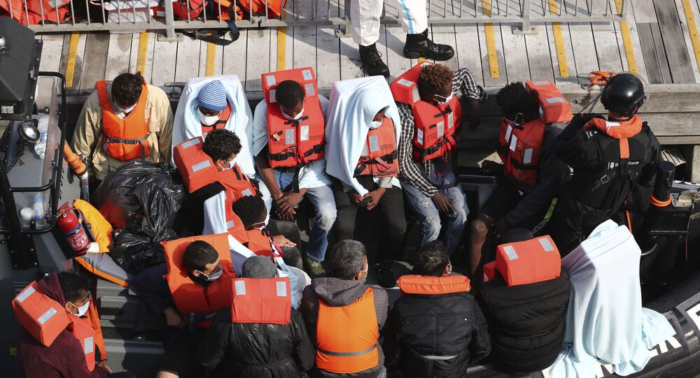 Un gruppo di migranti intercettati sul Canale della Manica