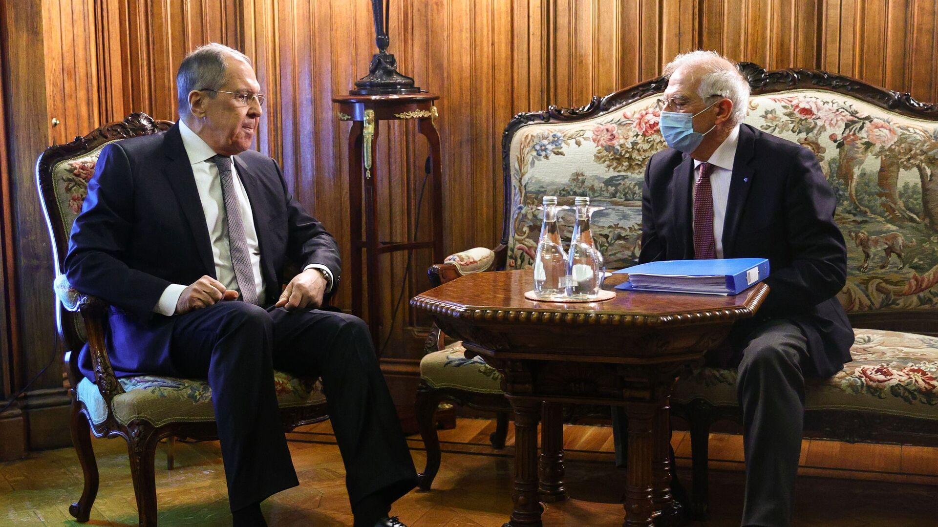 Il vertice tra il ministro degli Esteri russo Sergei Lavrov e l'Alto rappresentante per gli Affari Esteri dell'Ue Josep Borrell - Sputnik Italia, 1920, 16.06.2021
