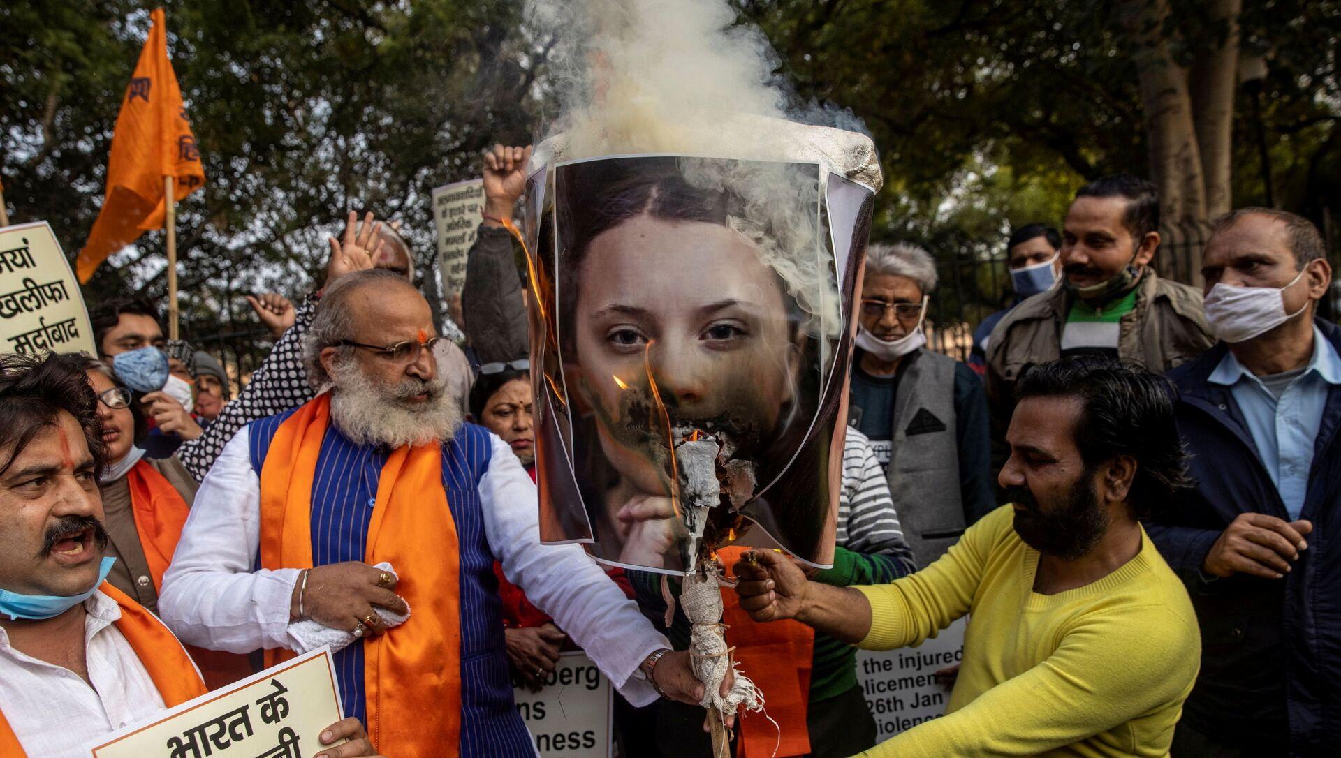 Attivisti dell'United Hindu Front danno alle fiamme il ritratto dell'attivista ambientale svedese Greta Thunberg - Sputnik Italia, 1920, 05.02.2021