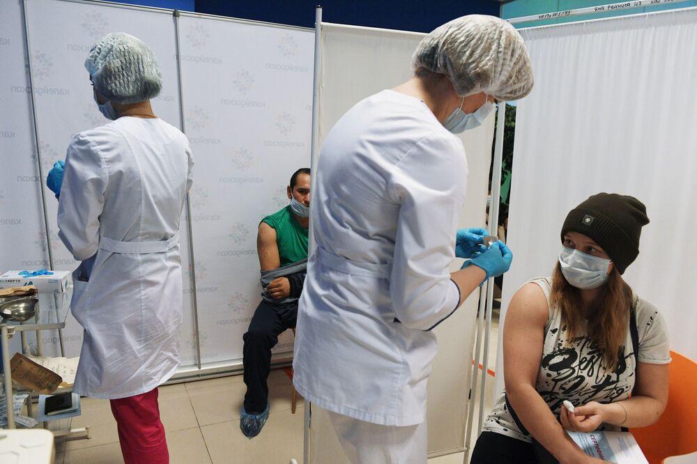 Mosca, vaccinazione in un centro commerciale