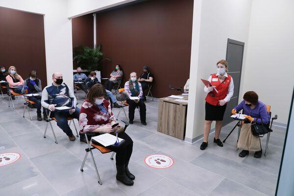 I cittadini russi, ed anche gli stranieri regolarmente residenti, possono sottoporsi al vaccino nelle postazioni mobili aperte in diversi luoghi come centri commerciali e teatri - Sputnik Italia