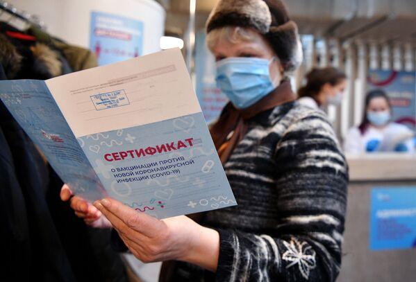 Al termine della procedura, viene rilasciato un certificato di vaccinazione dal nuovo coronavirus, Covid-19 - Sputnik Italia
