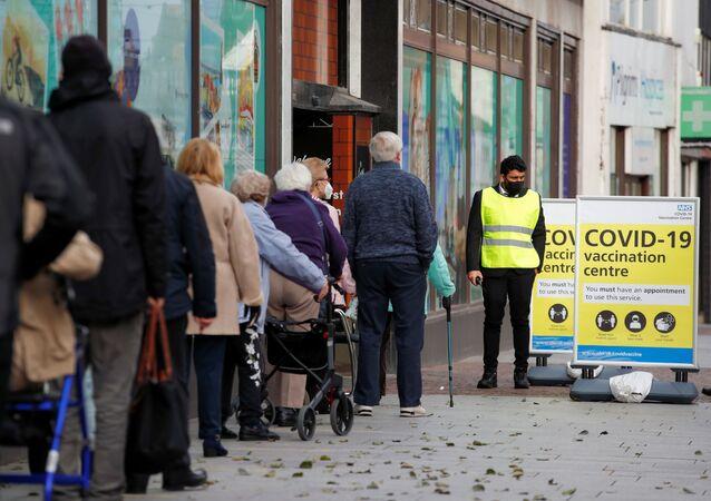 In coda per ricevere il vaccino a Folkestone, nella conte del Kent