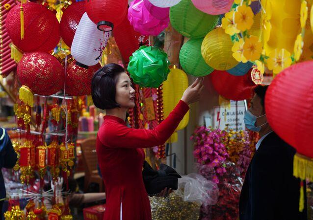 I residenti di Hanoi, Vietnam, si preparano per il Capodanno Lunare che si celebrerà venerdì 12 febbraio.