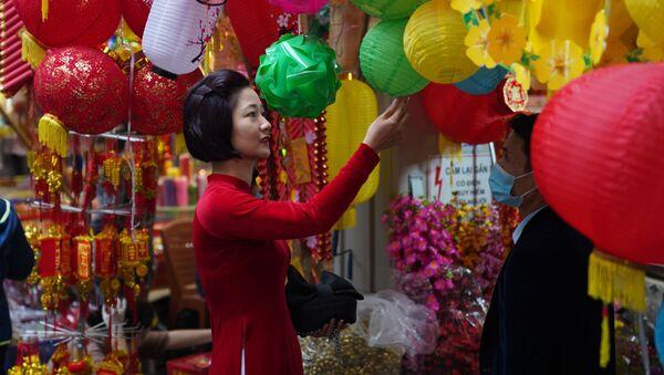 I residenti di Hanoi, Vietnam, si preparano per il Capodanno Lunare che si celebrerà venerdì 12 febbraio.  - Sputnik Italia