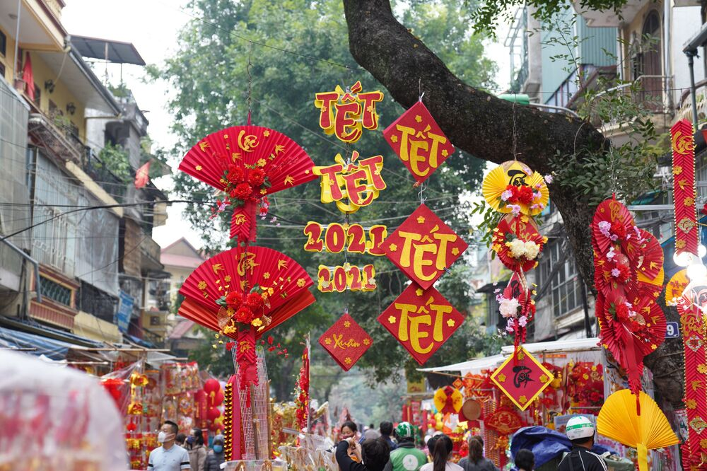 Le strade di Hanoi decorate in occasione del Capodanno Lunare.